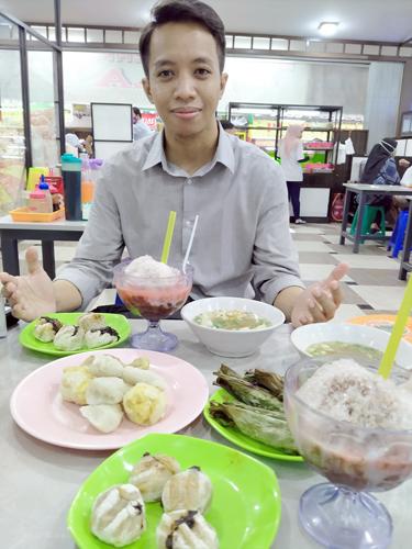 Foodblogger menikmati hidangan Pempek Lala. (Marsandre/Kelana Nusantara)